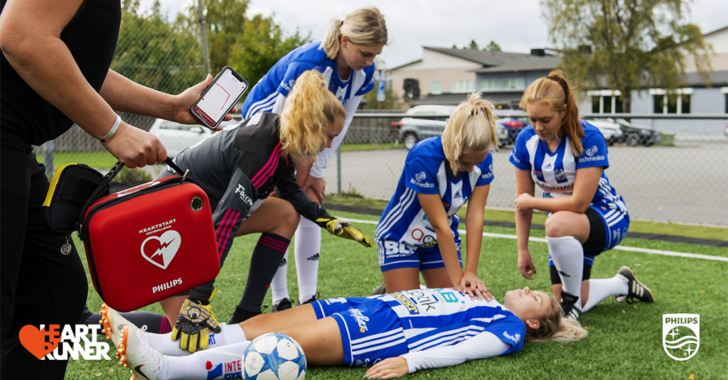 Sms-livräddare utför HLR på fotbollsspelare.